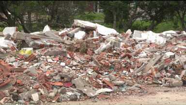 Moradores de bairros de Curitiba e Colombo precisam conviver com lixo - Entulhos estão acumulados, e moradores dizem que nada é feito no local.