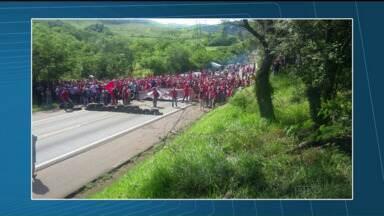 Manifestantes do MST protestam em rodovias federais de todo o Paraná - Os manifestantes, que fazem parte do Movimento dos Trabalhadores Rurais Sem Terra (MST), bloqueiam pontos importantes em várias rodovias federais. Eles pedem agilidade nos processos de reforma agrária.