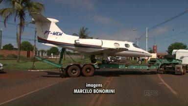 O que esse avião está fazendo pelas ruas de Londrina? - A cena chamou a atenção hoje de manhã.