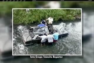 Grupo ajuda salvar ocupantes de carro que caiu dentro de rio em Petrópolis, no RJ - Acidente aconteceu neste domingo (4).