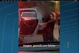 Policial militar é flagrado colocando caixas de cerveja em viatura em Petrópolis, no RJ - Caso aconteceu neste sábado (3).
