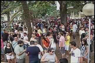 Parada do Orgulho LGBT é realizada e reúne 45 mil pessoas em Uberlândia - Evento ocorreu no domingo (5) na Praça Clarimundo Carneiro. Segundo organizadores 45 mil participantes foram até a parada.