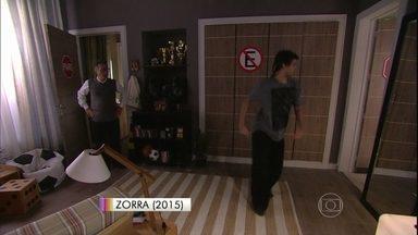 No Zorra, Durval se prepara para o Dança dos Famosos - Pai flagra o filho ensaiando e faz um escândalo