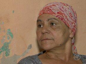 Mulher com câncer de mama sofre com falta de medicamentos - Maria das Graças disse que, em Caruaru, não tem cirurgia para a retirada do tumor.