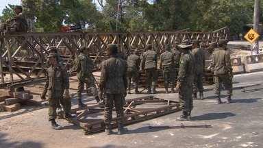 Ponte de ferro no Tarumã é retirada após mais de 6 meses - Trânsito ficou complicado na área.