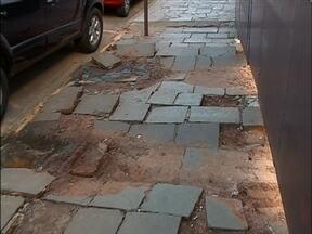Pedestres reclamam das calçadas de Passo Fundo,RS - Algumas são irregulares, sujas e quebradas
