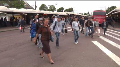 Passageiros se arriscam para pegar ônibus no terminal do Capão da Imbuia - Além de enfrentarem ônibus lotados, os passageiros se arriscam circulando por entre os ônibus no terminal do Capão da Imbuia.