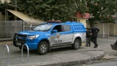 Polícia procura assassinos da empresária que entrou por engano em favela - PM fez operação no Caramujo, em Niterói, mas não prendeu ninguém. A empresária e o marido foram atacados no fim de semana depois que seguiram instruções do aplicativo Waze e pararam na favela.