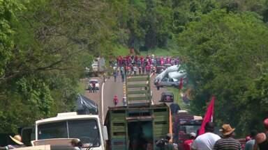 Manifestantes do MST bloqueiam rodovias no Paraná - Veja essa e outras notícias que foram destaque no estado nesta segunda-feira (05/10).