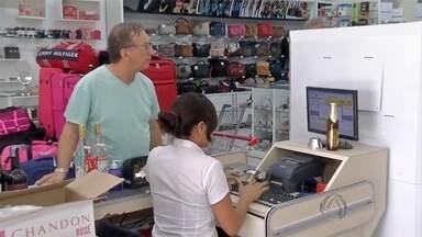 Em meio à crise, comerciantes comemoram aumento de vendas em Corumbá, MS - Enquanto o comércio na Bolívia busca alternativas para escapar da crise, no centro de Corumbá os comerciantes comemoram o aumento das vendas.