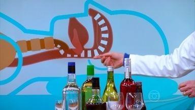 Bebidas e sedativos relaxam a musculatura e aumentam risco de roncar - O pneumologista Geraldo Lorenzi explica que o ronco alto e irregular sugere apneia do sono. Para quem ronca, dormir de barriga para cima é pior.
