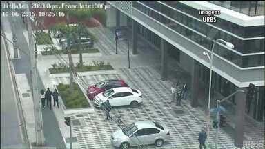 Sem sinalização, calçada no Centro se transforma em estacionamento de carros - Estacionar em calçadas é considerado infração grave e os motoristas que estacionaram no local devem ser multados.