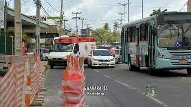 Obra na Avenida Washington Soares deixa o trânsito ainda mais lento - Obra ocupa uma das faixas da via.
