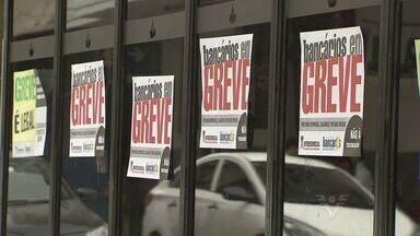 Bancários entram em greve por tempo inderteminado - Quem precisou usar serviços de banco nesta terça-feira (6), encontrou as agências de portas fechadas.
