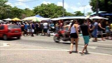 Clientes cobram ordenação na feira da Parangaba - Transeuntes têm dificuldade de andar pelas ruas próximas ao local.