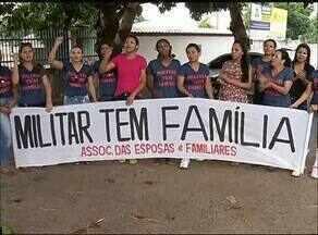 Esposas de PM protestam por pagamento em frente ao 4º Batalhão no sul do estado - Esposas de PM protestam por pagamento em frente ao 4º Batalhão no sul do estado