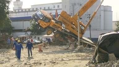 Guindaste vira e bate no viaduto do Gasômetro - A prefeitura explicou que o chão cedeu e tombou o equipamento. Ninguém se machucou.