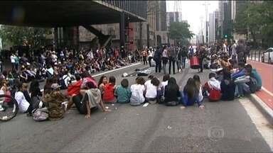 Estudantes protestam contra a reorganização das escolas estaduais em ciclos - De manhã, os manifestantes fecharam a Avenida Paulista. E no começo da tarde, um grupo foi recebido na Secretaria Estadual da Educação.