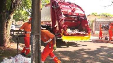 Os caminhões de lixo alugados pela prefeitura já estão nas ruas de Maringá - Essa foi a saída para tentar resolver o problema da coleta na cidade