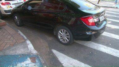 """Motorista """"sem noção"""" no trânsito de Cianorte - Nossa equipe flagrou um motorista estacionando o carro em cima da faixa de pedestres no centro de Cianorte. Além disso, o veículo impedia o acesso à rampa para cadeirantes."""
