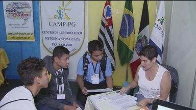 Feira de profissões ajuda estudantes a decidir carreira - Evento é realizado em Praia Grande, SP