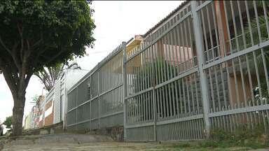 Bandidos invadem residência e roubam vários objetos em Campina Grande - Os bandidos ainda trancaram as vítimas em um dos quartos da casa.
