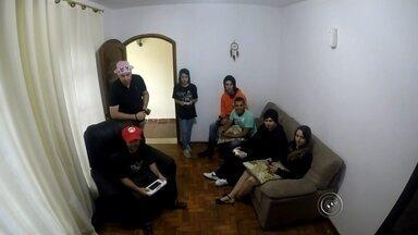 """Grupo de 'gamers' de Itapetininga se prepara para o 'Brasil Game Show' - Um grupo de apaixonados por jogos eletrônicos da região de Itapetininga (SP) se prepara para ir ao """"Brasil Game Show"""", a segunda maior feira do segmento no mundo. Em 2014, o setor movimentou R$ 1 bilhão. Recentemente uma pesquisa de uma empresa especializada revelou que um em cada quatro brasileiros dizem jogar algum tipo de game."""