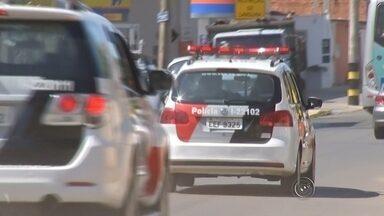 VÍDEO: Equipe da TV TEM flagra perseguição de carro e som de tiro - Uma equipe da TV TEM flagrou uma perseguição de carro e o som semelhante a um tiro em Itapetininga (SP), na manhã desta terça-feira (6). A equipe acompanhava o início das obras na Avenida Flávio Soares Hungria, mais conhecida como Marginal dos Cavalos, quando o carro preto aparece em alta velocidade e é seguido por viaturas da Polícia Militar. Ninguém ficou ferido com a confusão.