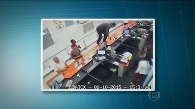Fotos do circuito de segurança mostram ação de ladrões em banco na Freguesia do Ó - Com os seis criminosos, presos em Carapicuíba, a polícia encontrou parte do dinheiro roubado e munição. Nos celulares da quadrilha, tinha mensagens planejando assaltos. O grupo é suspeito de roubar outros bancos.