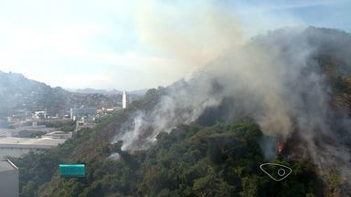 Incêndio em Vitória pode ter começado em cabana no morro - Bombeiros encontraram um cabana com um fogueira dentro.