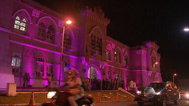 Quartel dos Aflitos, da PM, adere à campanha Outubro Rosa - Quartel da Polícia Militar foi iluminado de rosa por conta da campanha contra o câncer de mama. A cantora Mari Antunes foi convidada para inaugurar a nova iluminação.