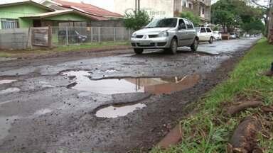 Moradores reclamam da buraqueira nas ruas de Campo Mourão - Com a chuva a situação fica ainda mais complicada