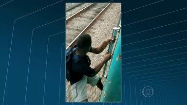 Homem é filmado se arriscando pendurado na porta de um trem - O flagrante foi feito no ramal de Belford Roxo