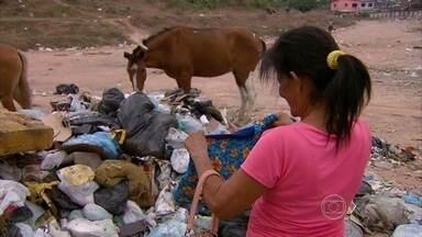 Catadores trabalham sem fiscalização em aterro de Olinda - Resíduos deveriam ser tratados em aterro sanitário, mas ficam amontoados.