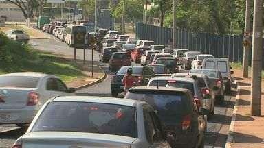 Motoristas reclamam de demora em obras do Daerp em Ribeirão Preto, SP - Pelo 3º dia seguido, motoristas precisaram aumentar a dose de paciência para passar pelo cruzamento da Avenida Francisco Junqueira com a Jerônimo Gonçalves.