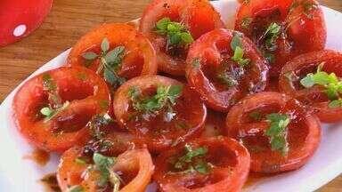 Fernando Kassab ensina receita de tomate grelhado com manjericão - O jornalista escolheu o tomate como ingrediente principal da semana. Com a Safra o preço do tomate não está tão caro.