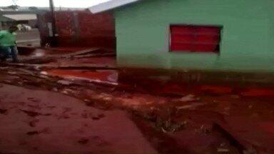 Chuva causa destruição em Cambé - Moradores do Jardim Alvorada foram os mais prejudicados pelo temporal da madrugada.