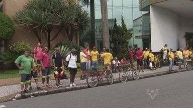 Por não receber salários, funcionários da Codesavi estão em greve - Por conta da paralisação, cidade de São Vicente está com muito lixo espalhado pelas ruas.