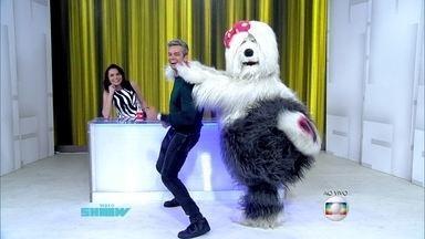 Priscila coloca Otaviano Costa para dançar até o chão - Cadela da TV Colosso mostra look do dia e dá dicas para Monica Iozzi
