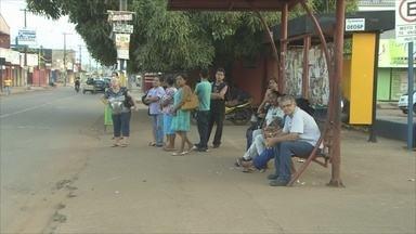 População enfrenta problemas com pouca oferta de transporte coletivo na capital - Cerca de 40 ônibus estão fazendo o transporte da população nesse período de greve dos trabalhadores do transporte coletivo.