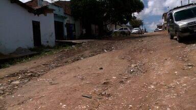 Moradores de uma rua no Cleto Marques Luz cobram pavimentação - Comunidade coloca restos de materiais de construção na rua para melhorar a situação.