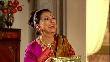 Indira guarda as joias de Maya em seu cofre - Maya resiste, mas se rende à tradiçao. O colar lhe traz lembranças de Bahuan