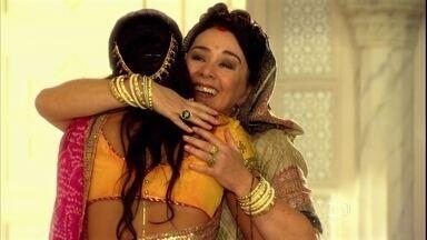 Kochi causa mal-estar ao visitar Maya - Indira e Laksmi acreditam não ser auspicioso que a sogra visite uma noiva logo após o casamento
