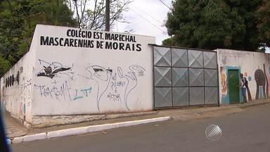 Bandidos invadem escola e assaltam estudantes no bairro de Itapuã - Dois homens armados invadiram o local e roubaram celulares de alunos.