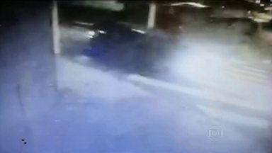 Gravação feita por morador mostra que cena do crime foi alterada na chacina de Carapicuíba - Vídeo de um morador foi decisivo para a prisão de três policias militares suspeitos da chacina em Carapicuíba, no dia 19 de setembro.