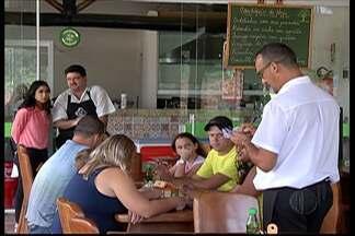 Mogi-Bertioga com baixo movimento na tarde desta sexta-feira - Quem estava na estrada aproveitou para comer em restaurantes no caminho.