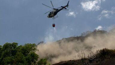 Incêndio no Vale do Moxuara preocupa moradores de Cariacica, ES - Os bombeiros também tentam combater um incêndio no bairro Santa Lúcia, em Vitória.