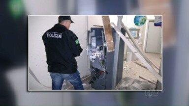 Bandidos explodem caixa eletrônico e fogem sem levar dinheiro - Foi essa madrugada em Serranópolis do Iguaçu. A explosão destruiu o forro da agência bancária.