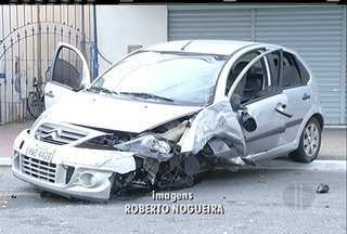 Carro colide com ônibus e fica parcialmente destruído em Cabo Frio, no RJ - Motorista teve ferimentos leves.