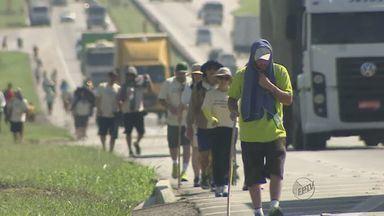 Santuário de Nossa Senhora Aparecida deve receber 400 mil romeiros no feriado - Caminhada na rodovia muitas vezes é difícil e eles contam com a ajuda de voluntários.